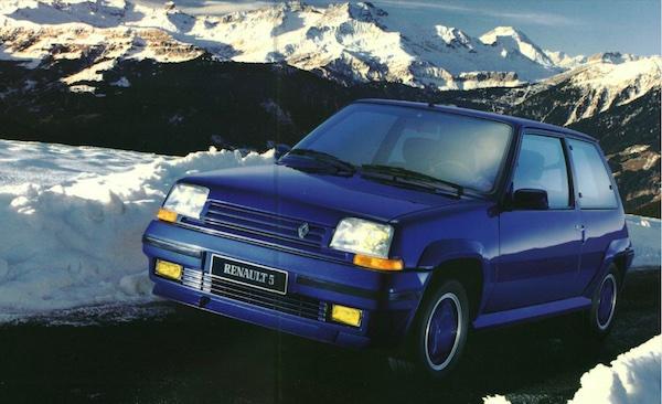 Renault Super 5 GT Turbo bleue série limitée Alain Oreille sur une route enneigée