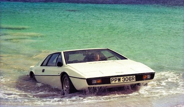 """Lotus Esprit blanche amphibie sortant de la mer dans James Bond """"L'espion qui m'aimait"""""""