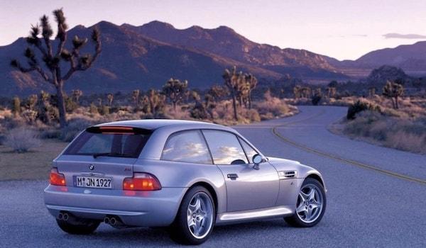 BMW Z3M Coupe argenté de 3/4 arrière sur une route dans le désert américain