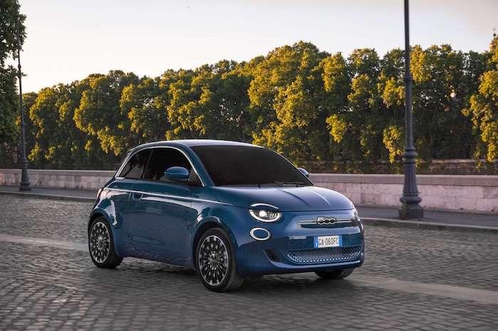 Fiat 500 Prima électrique bleue dans une rue pavée