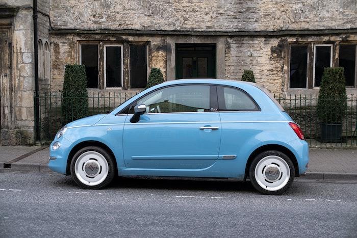 Fiat 500 Spiaggina '58 bleu clair devant un bâtiment ancien