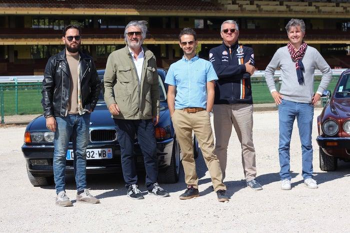 Équipe de POA devant la BMW série 7 et la Jaguar XJ12 de Vintage Escape