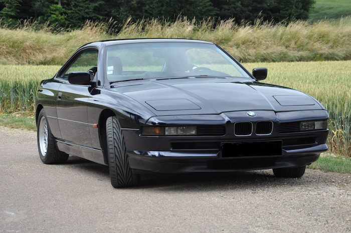 BMW 840Ci E31 de 1994 noire de 3/4 face devant un champ