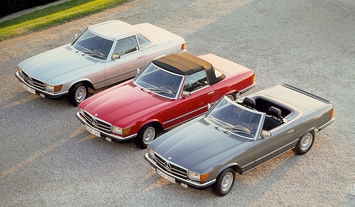 Trois Mercedes SL R107 couleurs argent, rouge et grise avec hard-top, capote et toit découvert