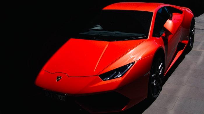 Lamborghini Huracan rouge de 3/4 face en clair-obscur