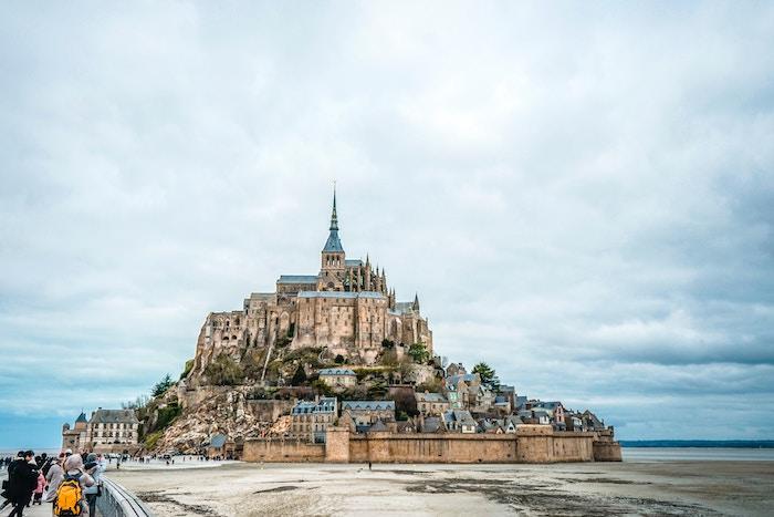 Mont Saint-Michel à marée basse avec une foule de touristes