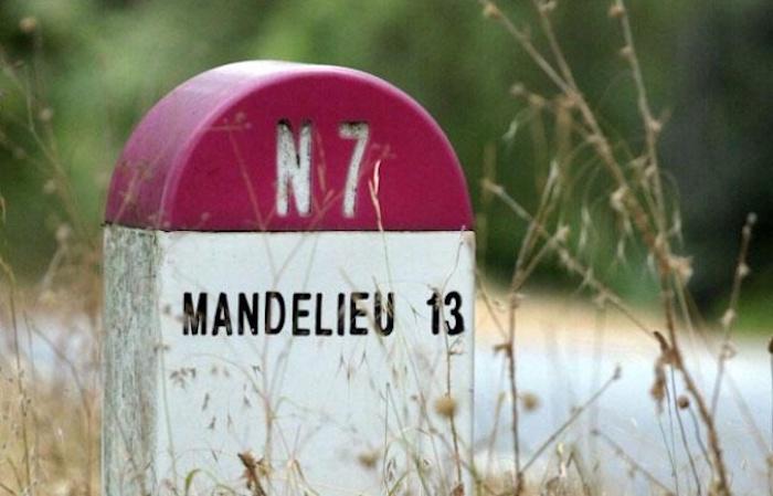 Borne kilométrique 13 direction Mandelieu sur la Nationale 13
