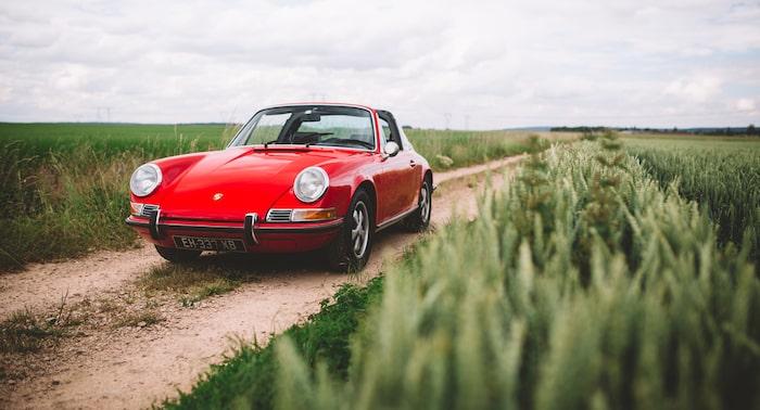 Porsche 912 Targa rouge de 3/4 face dans un champ