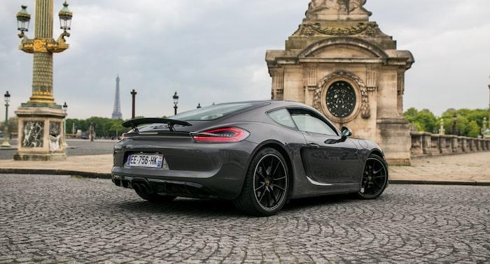 Porsche Cayman 981 GTS gris de 3/4 arrière sur les pavés de Paris
