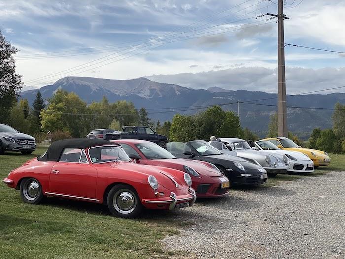 Rassemblement de Porsche anciennes et modernes dans l'herbe