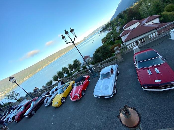 Rassemblement de Porsche et de BMW diverses devant la mer