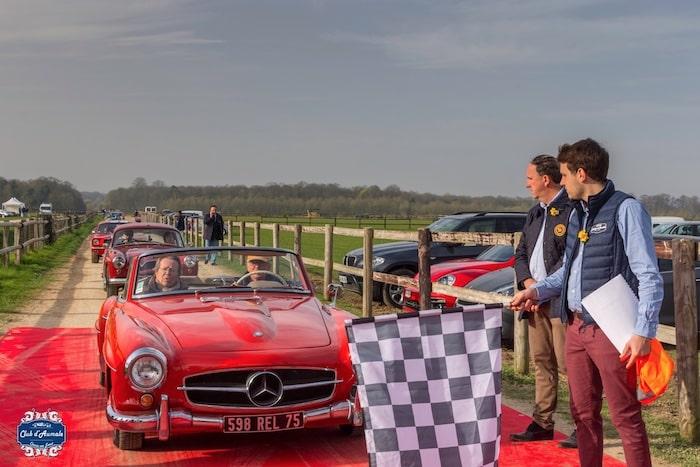 Mercedes 190SL rouge au départ du rallye d'Aumale