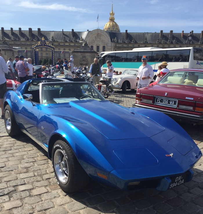Chevrolet Corvette C3 bleue aux Invalides à Paris
