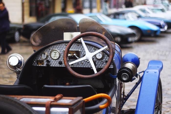 Intérieur d'une voiture Amilcar bleue