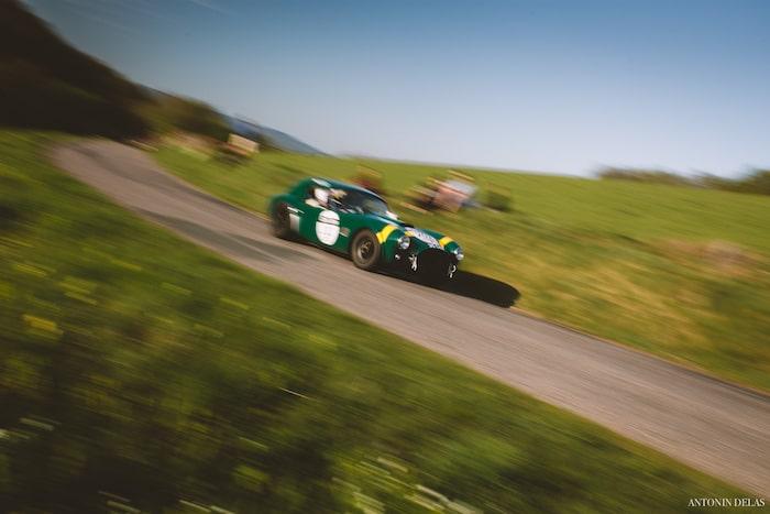 Shelby Cobra 289 verte et jaune sur une route de campagne