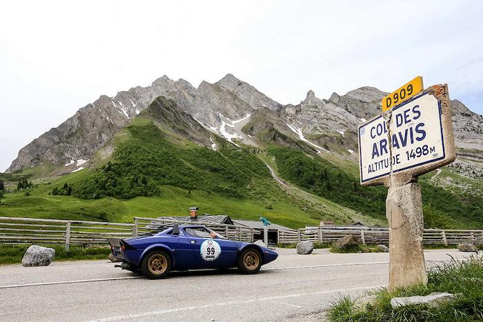 Lancia Stratos bleue sur une route montagneuse