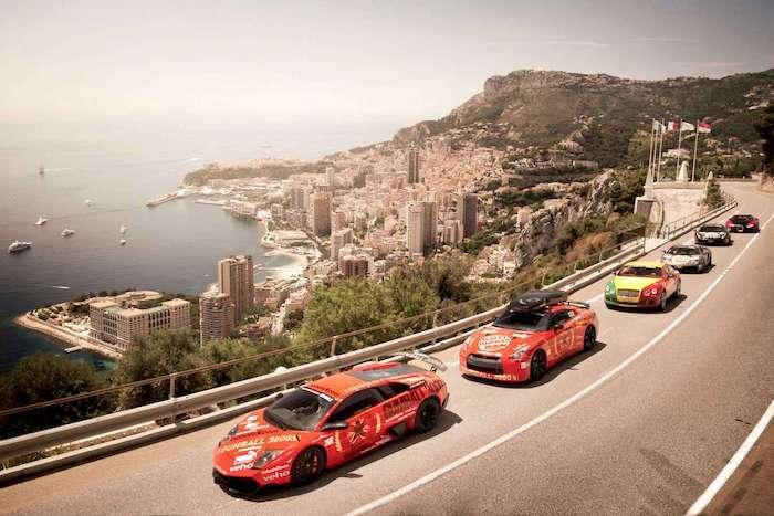 Supercars lors du Gumball au dessus d'une falaise