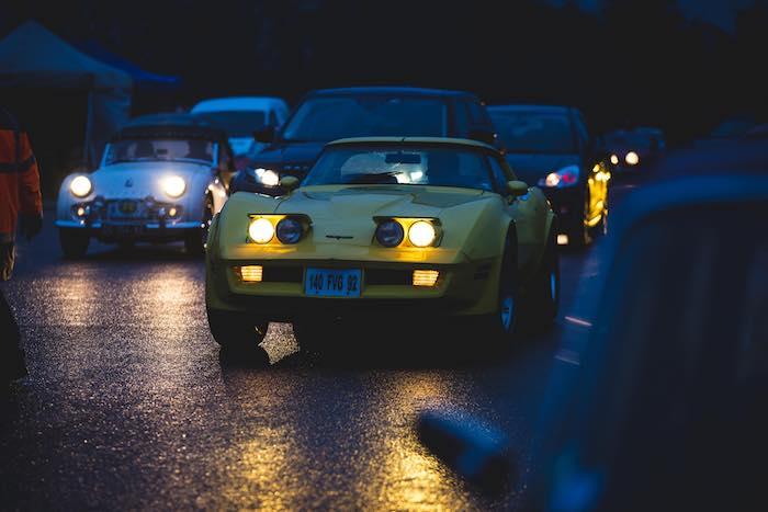 Corvette C3 jaune dans Paris de nuit