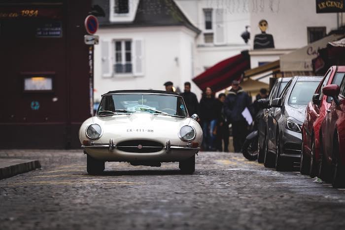 Jaguar Type E blanche de face dans Paris