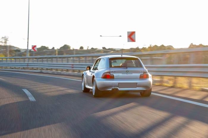 BMW Z3 Coupe grise sur une autoroute