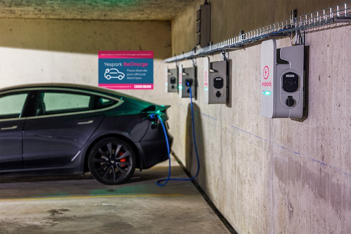 Tesla Model 3 en charge dans un parking Yespark