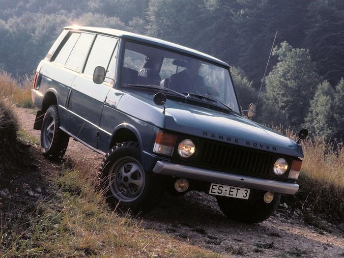 Range Rover classic de 3/4 face sur un chemin