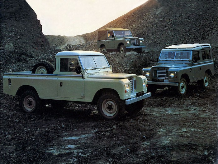 3 Land Rover Defender sur un terrain escarpé