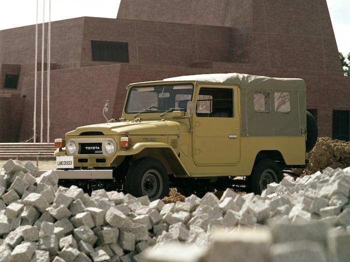 Toyota Land Cruiser FJ de 3/4 face sur un chantier
