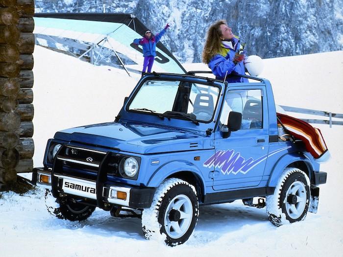 Suzuki Samuraï décapotable en montagne dans la neige