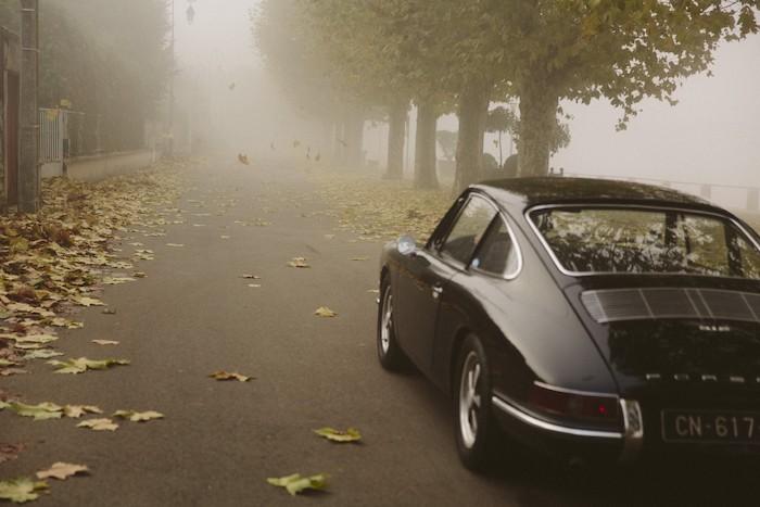 Porsche 912 noire de 3/4 arrière dans le brouillard