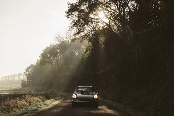 Porsche 912 de face sur une route de campagne