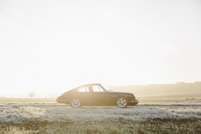 Porsche 912 de profil dans un champ
