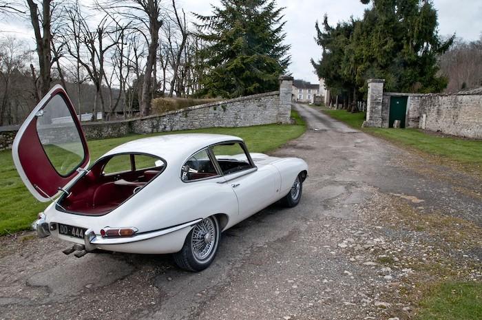 Jaguar Type E blanche de 3/4 arrière à coffre ouvert