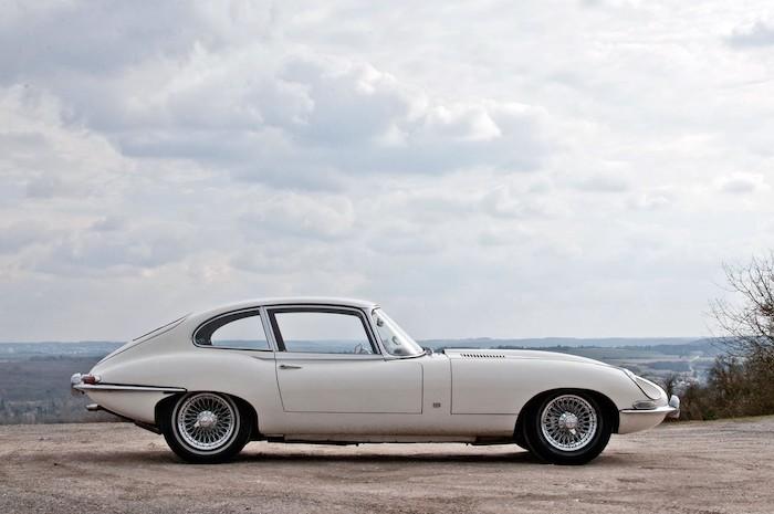Jaguar Type E blanche de profil devant un paysage