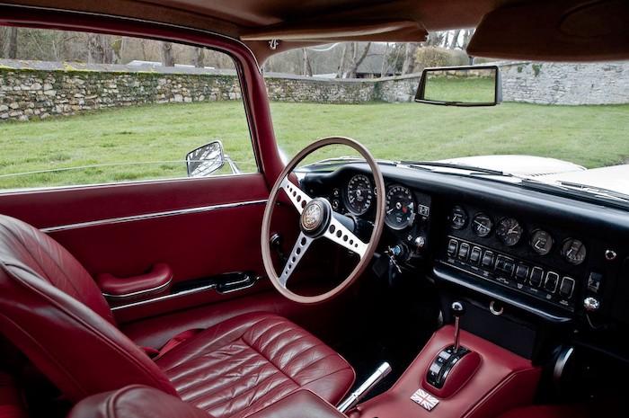 Vue intérieure d'une Jaguar type E en cuir rouge et noir