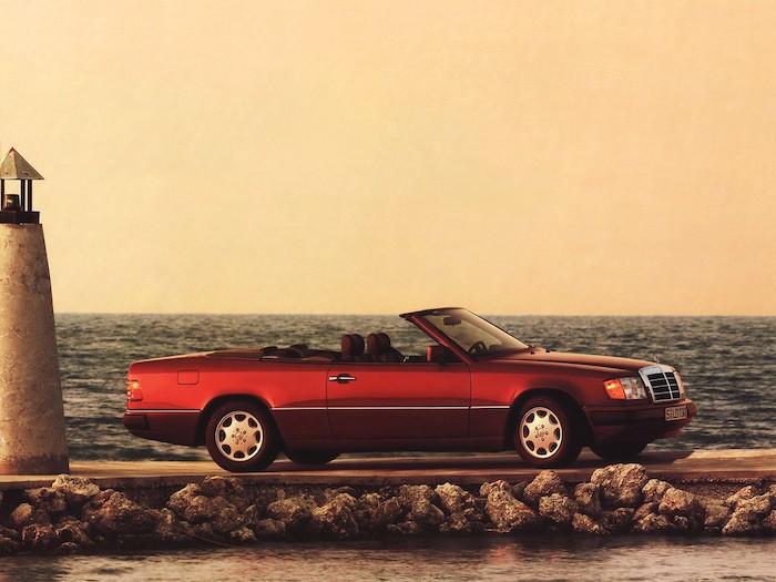 Mercedes E cabriolet sur une jetée en bord de mer